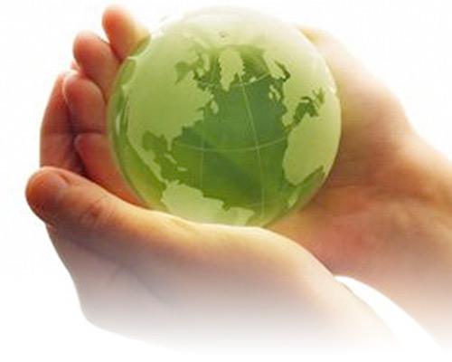 KBS umweltbewusst - Zwei Hände halten den grünen Planeten Erde